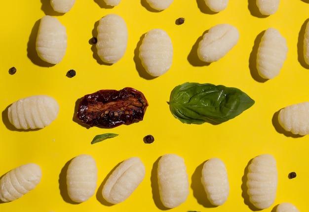 ニョッキは、黄色の背景に伝統的なベジタリアンイタリア料理です。上からの眺め