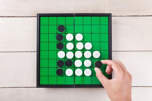 나무 테이블 위에서 녹색 보드보기에서 게임을 이동합니다.