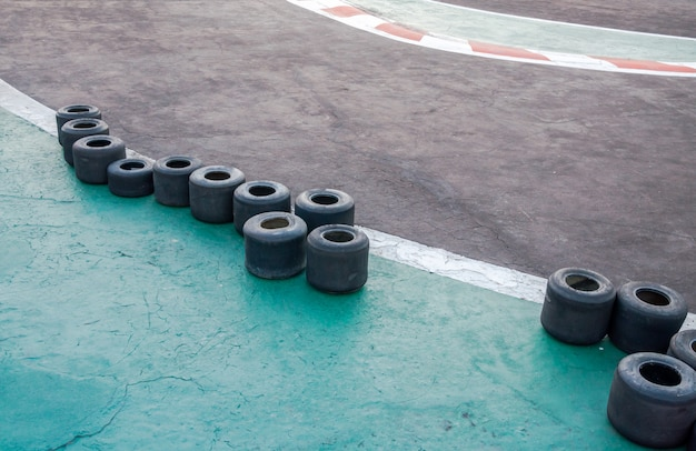 ゴーカートと小さなタイヤの競馬場サーキット。小さなカートの競馬場、若者のためのモータースポーツ