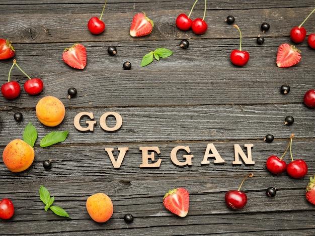 검은 나무 벽, 과일에 채식주의 비문을 가십시오. 음식 개념