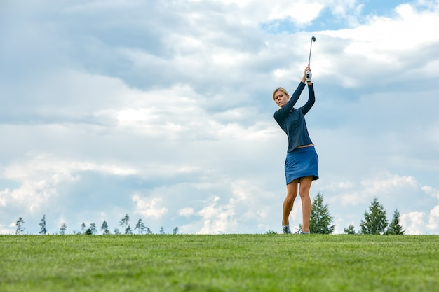 목표 개념, 복사 공간입니다. 그린 필드에 골프 장비를 들고 골프 시간을 여성. 우수성, 개인 장인 정신, 왕실 스포츠, 스포츠 배너를 추구합니다.