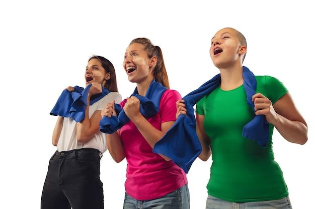 골. 흰색 스튜디오 배경에 고립 된 밝은 감정 좋아하는 스포츠 팀을 응원하는 여성 축구 팬.