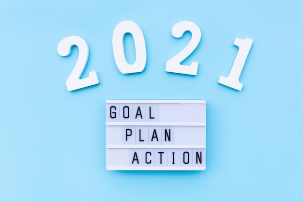 Слово действий плана цели с номером на синем фоне список дел в новогодней концепции плоский вид сверху