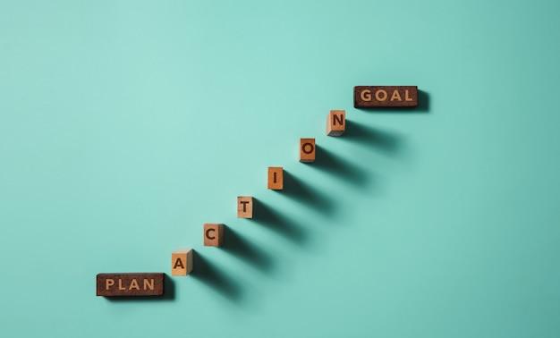 Цель, план, проблема и концепция стратегии. деревянный блок лежит на столе как лестница от плана к действию и цели