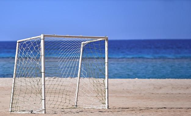 여름에 푸른 바다와 하늘의 표면에 모래 해변에 바다 골대 근처 목표 축구
