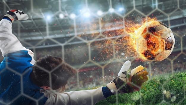 ゴールキーパーが速く燃えるようなサッカーボールをキャッチ