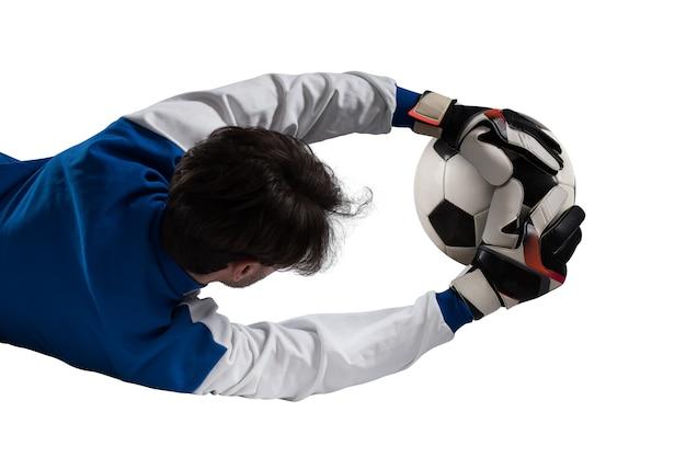 Вратарь ловит мяч во время футбольного матча