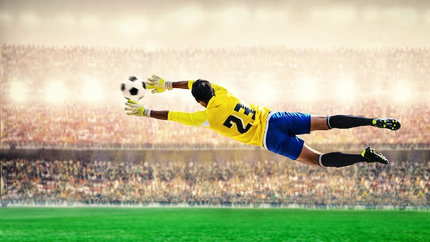 スタジアムで飛んでいるゴールキーパー