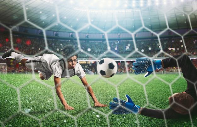 スタジアムでボールをキャッチするゴールキーパー