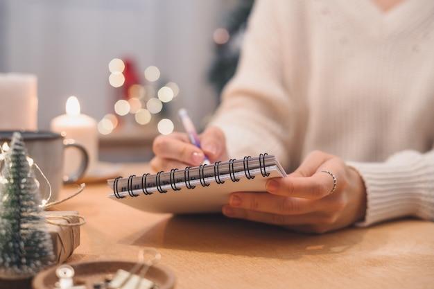 목표 계획은 노트북에 쓰는 새해 크리스마스 개념에 대한 희망 목록을 만들고