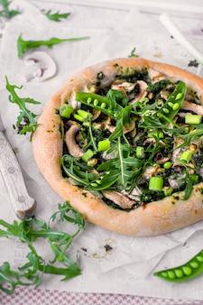 ほうれん草のペストを使った山羊のチーズピザ レシピアイデア