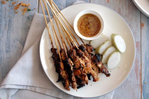 떡과 땅콩 소스를 곁들인 염소 사테 인도네시아 족자카르타 전통 음식