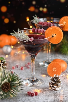 クランベリーのゴブレット、クランベリーの砂糖漬け、ローズマリー、タンジェリンのマルガリータ。クリスマスパーティーにぴったりのカクテル