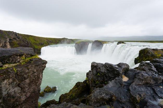 Годафосс падает в летний сезон, исландия. исландский пейзаж.