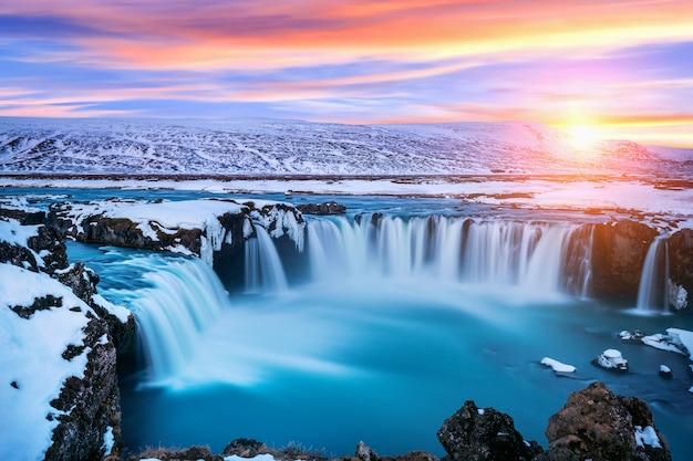 アイスランド、冬の日没時のゴーザフォスの滝。