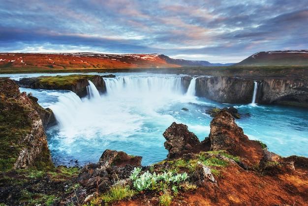 Водопад годафосс на закате.
