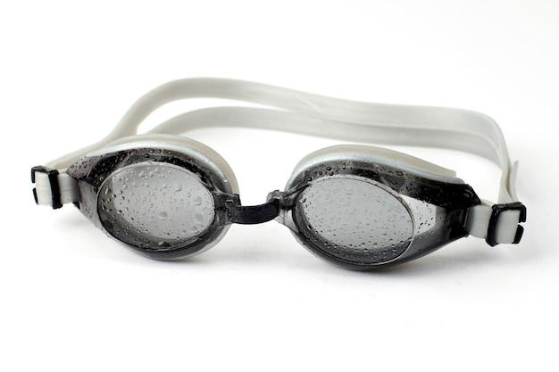 Очки для дайвинга в каплях воды на белом