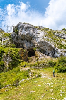サンエイドリアンの洞窟に上ります。ギプスコアで最高のアイスコリ山1523メートル。バスク。 san adrianを登ってoltzaフィールドに戻る