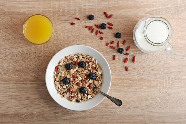 コーンフレークとgojiベリーの健康的な朝食