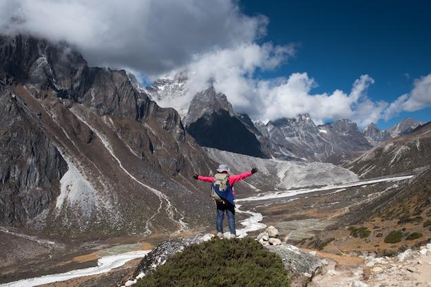 エベレストベースキャンプでのトレッカートレッキング、冬にネパールのgokyoへのlobucheへのパス3