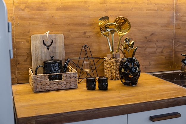 茶色のテーブルに金と黒の異なる台所用品