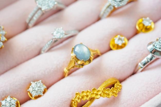 고급 보석 상자에 금색과 은색 다이아몬드 보석 사파이어 반지와 귀걸이