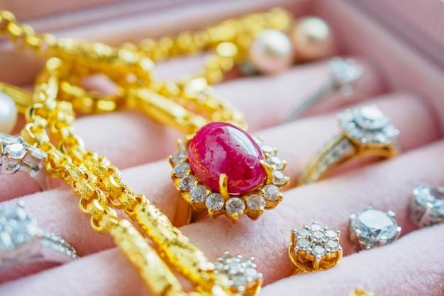 고급 보석 상자에 금색과 은색 다이아몬드 보석 사파이어 링 목걸이 및 진주 귀걸이