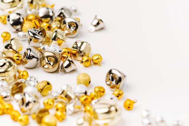 Золотые и серебряные колокольчики рождественский фон. плоская планировка, вид сверху