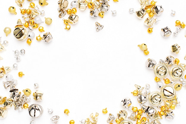 금색과 은색 징글 벨 크리스마스 배경입니다. 평평한 평지, 평면도