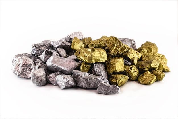 Золотые и серебряные самородки навалены