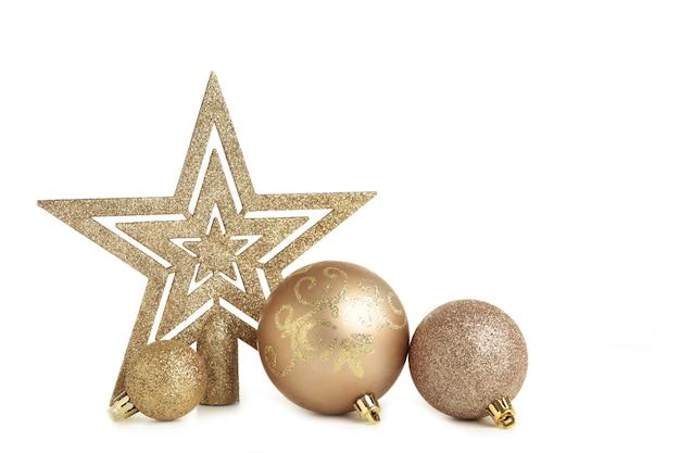 白い背景で隔離のクリスマスの装飾と金のボール。上面図