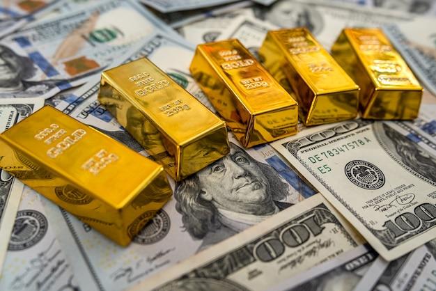 100 개의 새로운 미국 달러 지폐에 금괴. 비즈니스 및 금융 개념