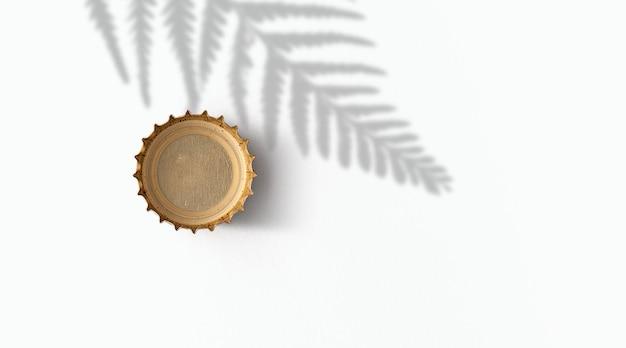 흰색 배경에 금색 맥주 병 뚜껑 .beer fiesta 개념