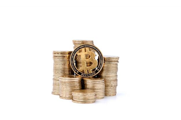 Криптовалюта gold bitcoin, btc, bitcoin лежит на гистограмме монет. концепция майнинга биткойнов