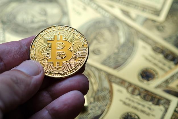 골드 bitcoin 암호 화폐 동전과 100 달러 지폐 배경