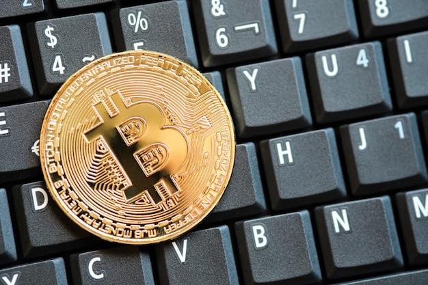 골드 bitcoin 암호 화폐 동전과 컴퓨터 키보드 배경