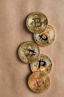 노란 종이에 골드 bitcoin 돈입니다. 전자 암호화 통화