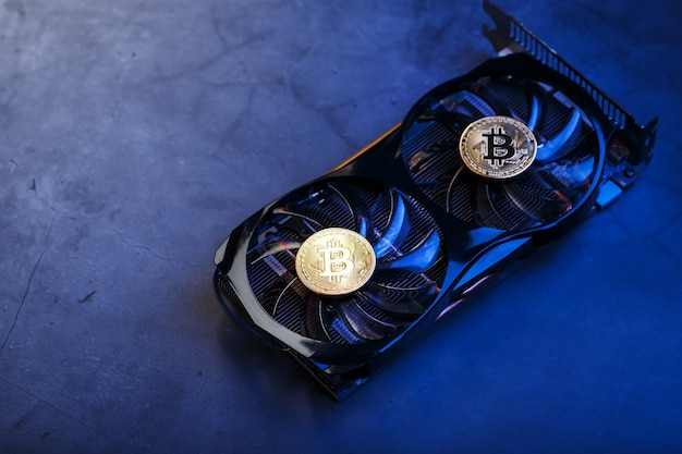 暗い表面の上面図のビデオカードクーラーのゴールドビットコイン