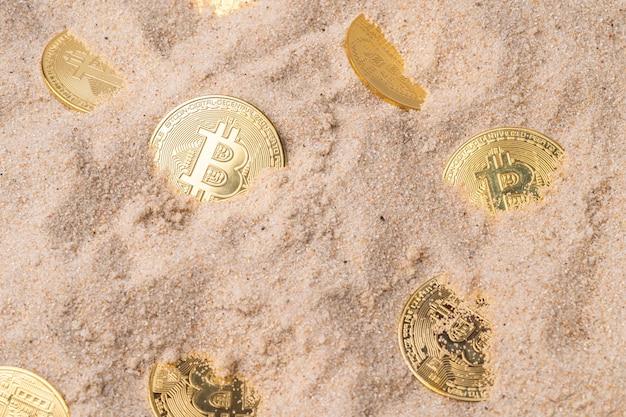 모래에 묻힌 금 비트코인. 암호화폐와 돈