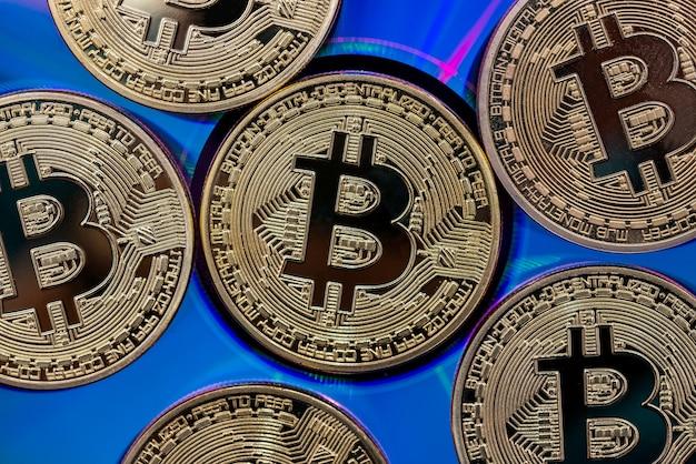 파란색 표면에 골드 bitcoins