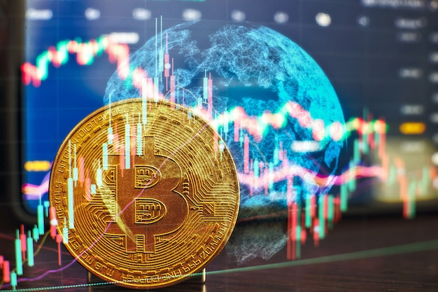 Золотые биткойны со свечой, диаграмма и цифровой фон. золотая монета со значком буква б. майнинг или технология блокчейн