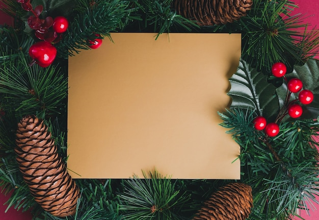 ゴールドブランクグリーティングカードグリーンパインクリスマスリース、パインコーン、チェリーデコレーションi
