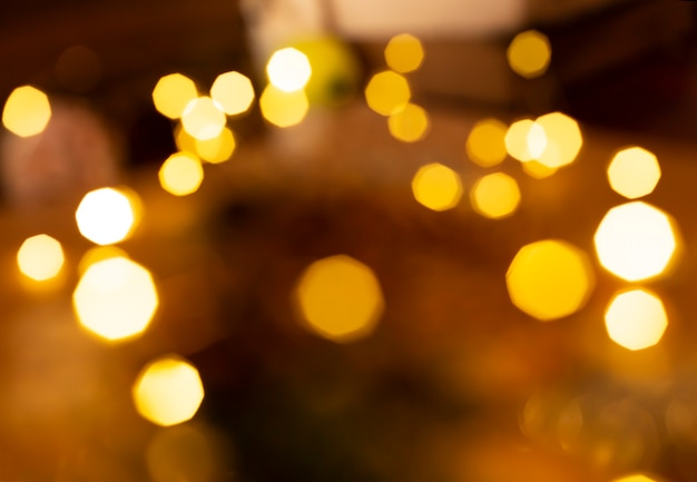 暗い深い背景を持つゴールドの明るいライト。ボケスタイル。クリスマスと新年あけましておめでとうございますのコンセプト。