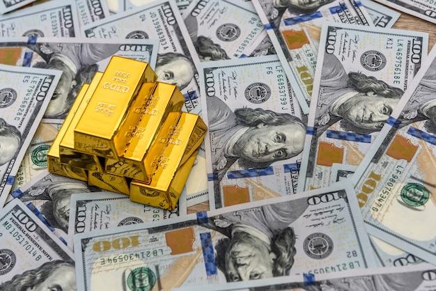 미국 달러 지폐에 금 괴를 닫습니다.
