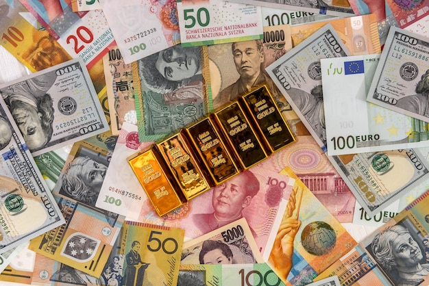 다채로운 지폐에 금 괴를 닫습니다.