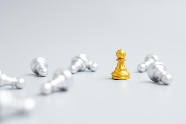 Золотая шахматная пешка выделяется из толпы энергичных или оппонентов. стратегия, успех, менеджмент, бизнес-планирование, подрыв, победа и концепция лидерства