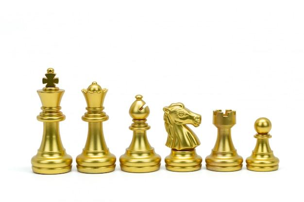 金のチェスの駒が白(王、女王、司教、騎士、ルーク、ポーン)で隔離される行に立っています。クリッピングパス