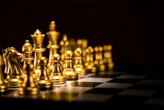 チェス盤上の金チェス片、ビジネス戦略コンセプト