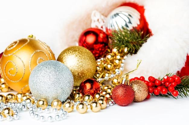 白い背景の上の金のクリスマスボール。スペースをコピーします。