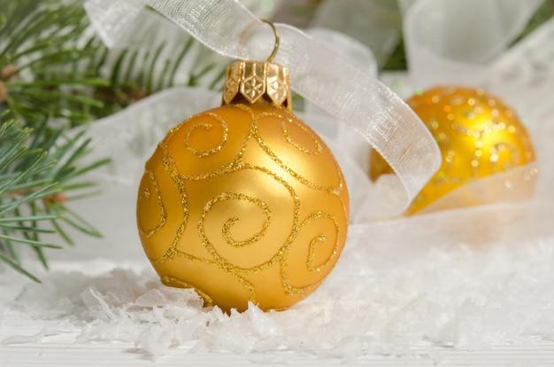 Золотые елочные шары